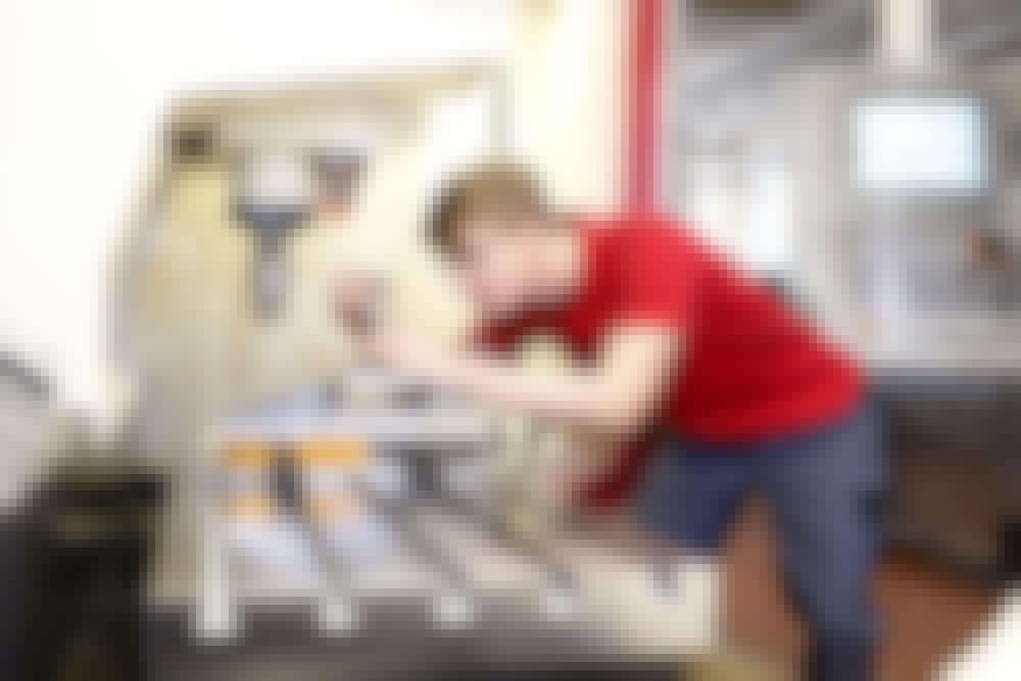 Ein Azubi zum Industriemechaniker in der Ausbildungswerkstatt