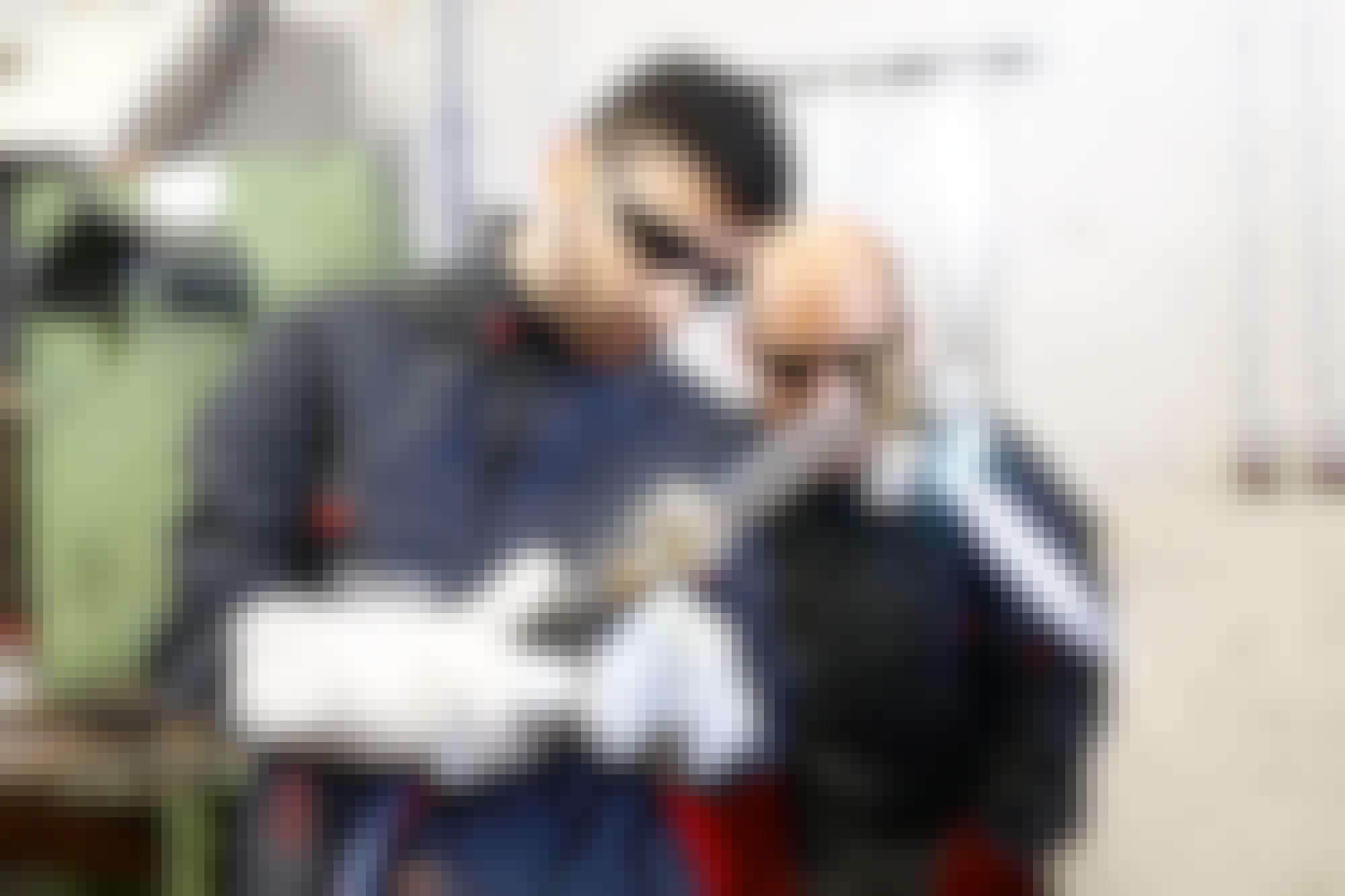 Ein Azubi zum Anlagenmechaniker beim Schweißen in der Ausbildungswerkstatt